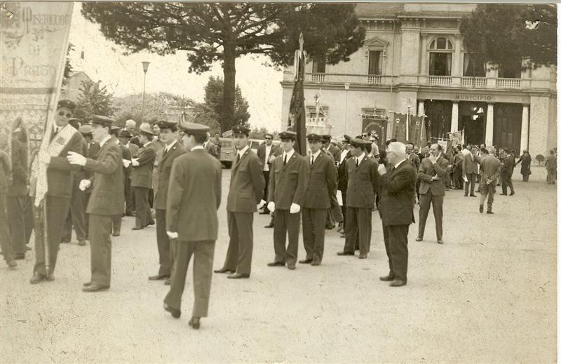Manifestazione davanti al Municipio primi anni 50