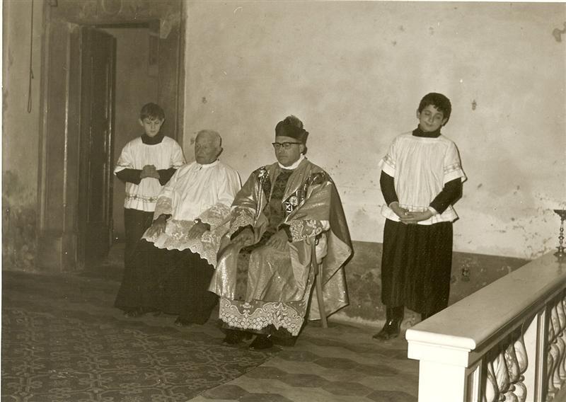 Parroco durante la messa nella nostra chiesa anni 1950