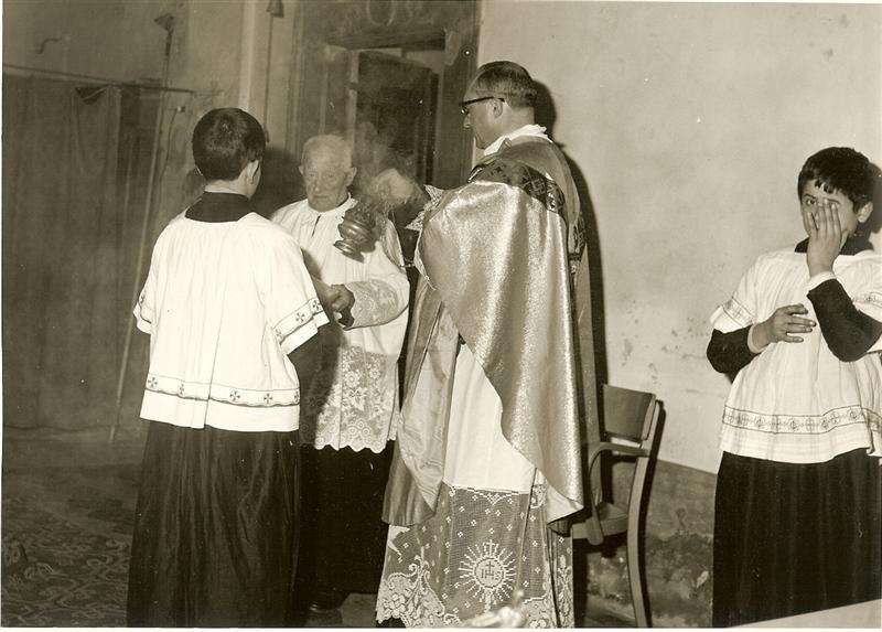 Parroco 2 durante la messa nella nostra chiesa anni 1950